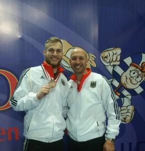 Cem Ünlüsoy (l.), zusammen mit Bundestrainer Aziz Acharki (Quelle: DTU)