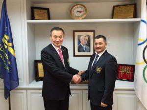 ETU-Schatzmeister Barbarino gratuliert dem ETU-Ehrenpräsidenten Park-Soo Nam